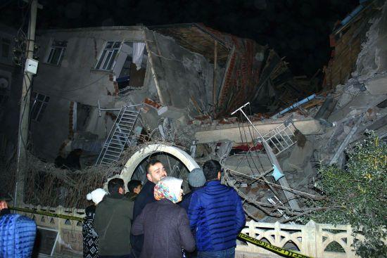 У Туреччині зросла кількість загиблих під час землетрусу. Ще 30 людей шукають під завалами