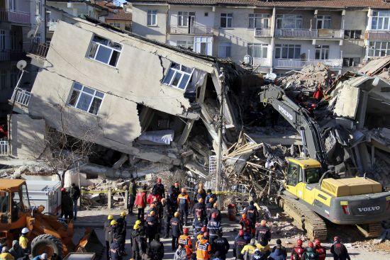 Кількість загиблих від землетрусу в Туреччині знову зросла. Зруйновано десятки будівель