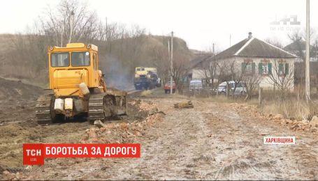 Жители села Зауддя воюют за местную дорогу с газовиками и лесниками