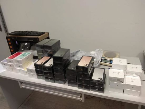 """У """"Борисполі"""" митники виявили забуту валізу із технікою Apple на майже 2 млн грн"""