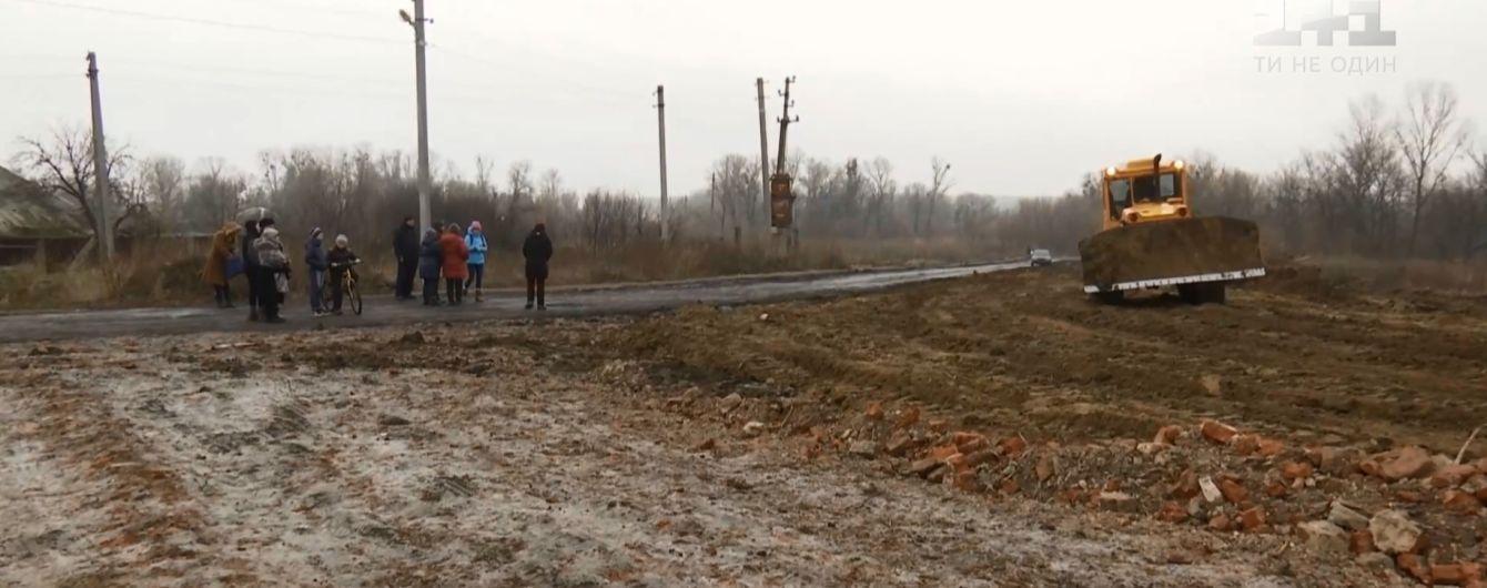 На Харьковщине селяне своими телами закрывают отремонтированную дорогу от грузовиков