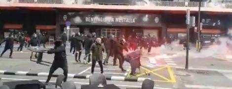 """Фанати """"Барселони"""" та """"Валенсії"""" влаштували жорстоку бійку перед матчем Примери"""