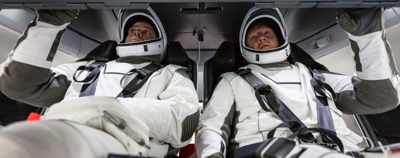 Зіплайн у кошиках та примірка скафандрів: як астронавти NASA готуються до першого польоту на Crew Dragon