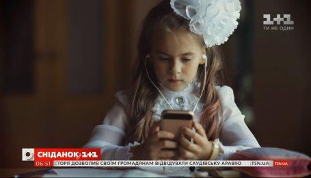 В українських школах пропонують заборонити телефони на уроках