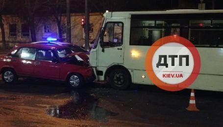 """В Киеве """"Жигули"""" протаранили маршрутку с пассажирами. Есть пострадавшие"""
