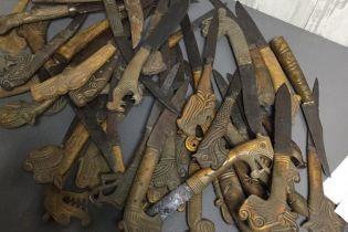 Старинные наконечники для копий и кинжалы: Таможенники задержали посылку в Британию