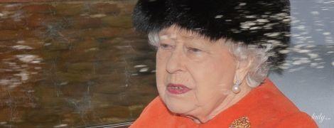 В коралловом пальто и меховой шапке: красивая королева Елизавета II посетила службу