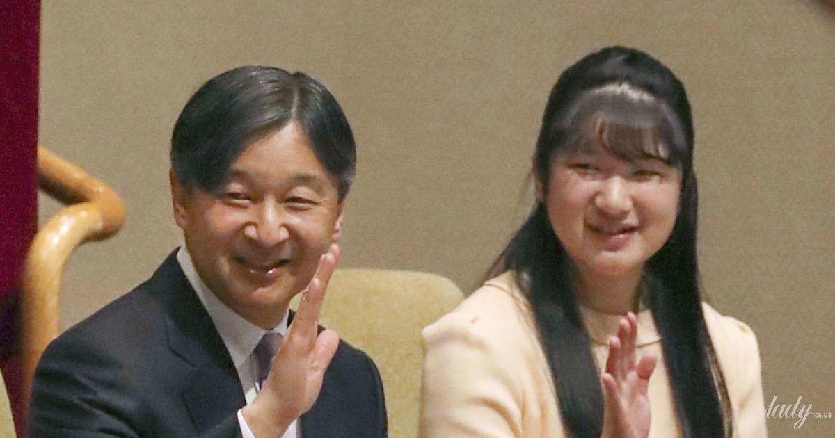 Сім'я на турнірі з сумо: імператриця Масако в кімоно, принцеса Тосі у ванільній сукні