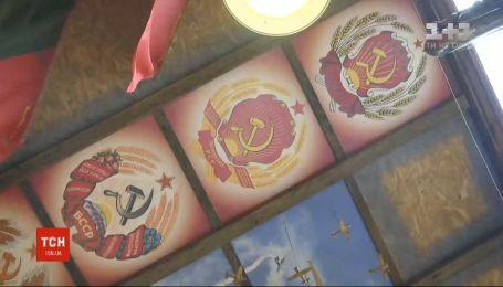 Радянські прапори та портрети диктаторів: ТСН розповість про місце, до якого не дійшла декомунізація