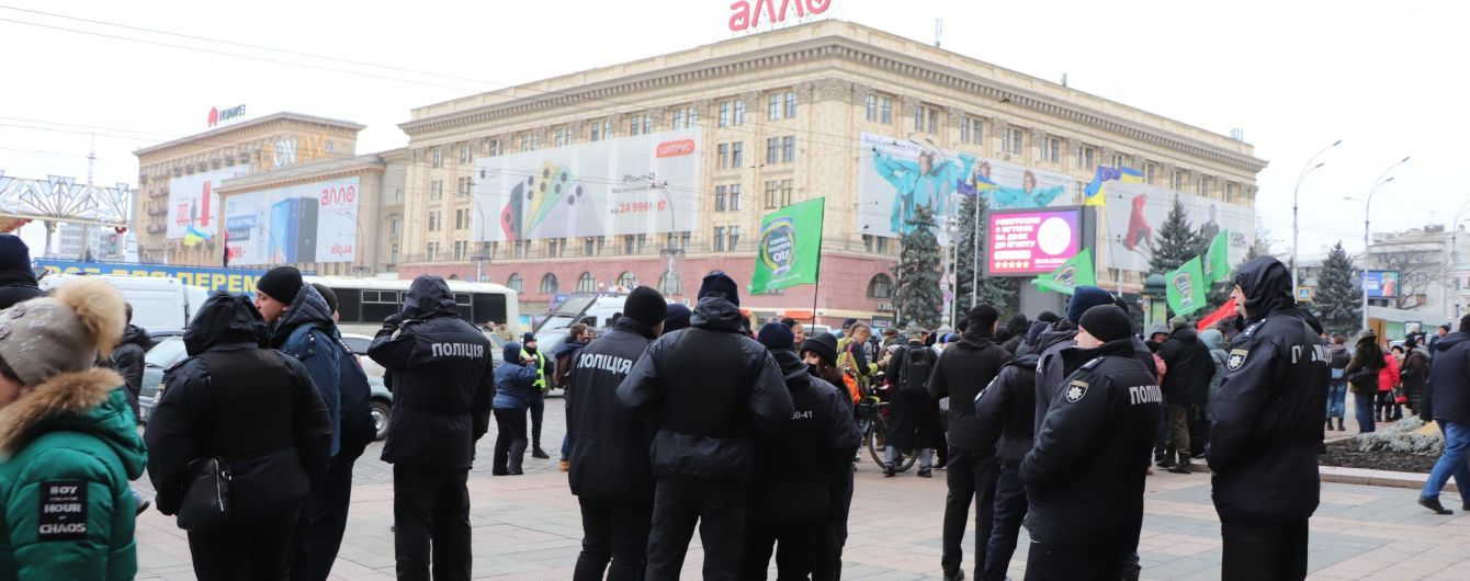 Під Харківською ОДА активісти з бійкою і газом розігнали проросійський мітинг