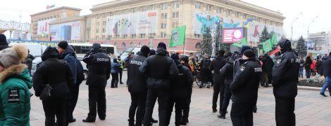 Под Харьковской ОГА активисты с дракой и газом разогнали пророссийский митинг