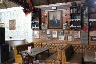 """""""Красный"""" ресторан на Черниговщине: в Прилуках предлагают пообедать в """"обществе"""" Сталина и Ленина"""