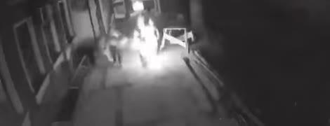 В Одессе женщина подожгла себя на улице. Это сняла камера видеонаблюдения
