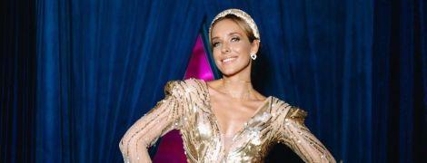 В золотом платье с пикантным декольте: эффектный образ Кати Осадчей
