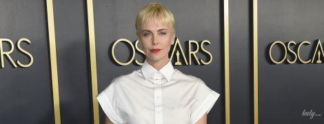"""В белой рубашке и полосатой юбке: элегантная Шарлиз Терон на завтраке номинантов """"Оскара"""""""
