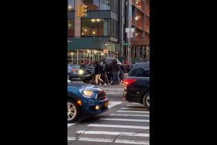 В США прохожие подняли автомобиль и спасли из-под него женщину