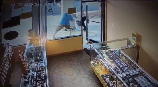 У США власник ювелірного магазину відбився соліннями від грабіжників