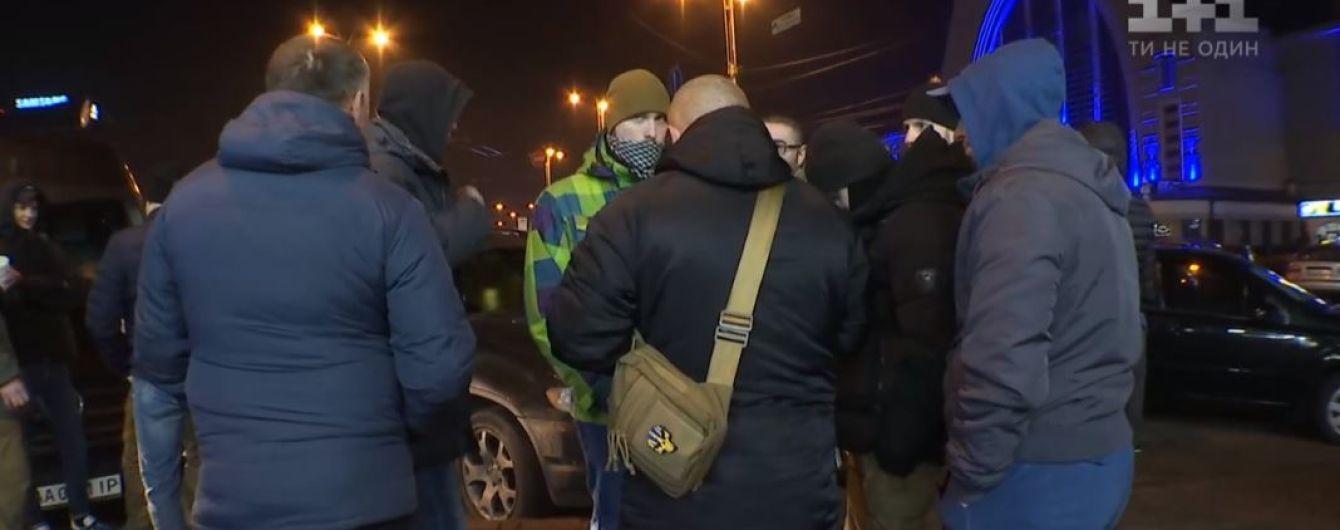 В Киеве активисты на всех въездах ждали автобус, который высадил волонтерок посреди трассы