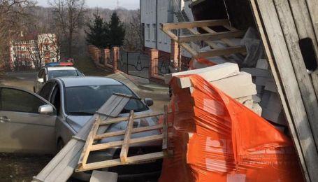 Дилетант на грузовике высыпал прицеп кирпича на автомобиль в Тернополе