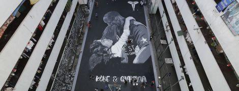 В честь погибших Коби Брайанта и его дочери появляются муралы по всему миру