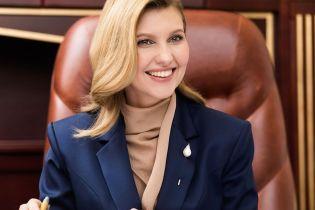 В белой водолазке и стильном пальто: Елена Зеленская обратилась к украинским матерям