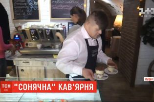 """""""Солнечная"""" кофейня: в заведении Луцка работают двое юношей с синдромом Дауна"""