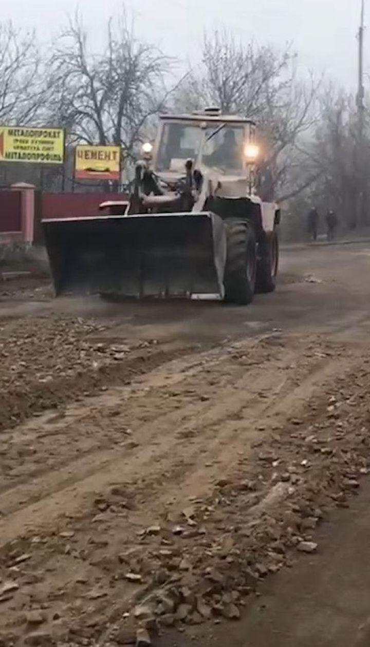 В Винницкой области дорожники засыпали ямы на разбитой трассе отсевом и щебнем