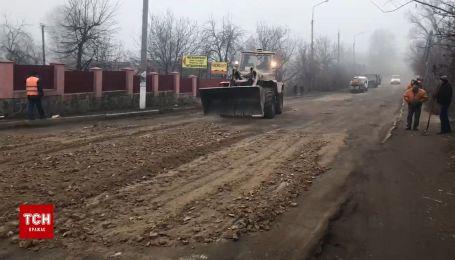 На Вінниччині дорожники засипали ями на розбитій трасі відсівом та щебенем