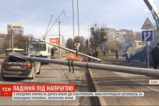 Дві залізобетонні електроопори впали на дорогу у Львові