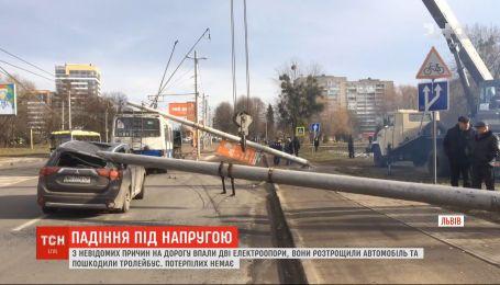 Две железобетонные электроопоры упали на дорогу во Львове