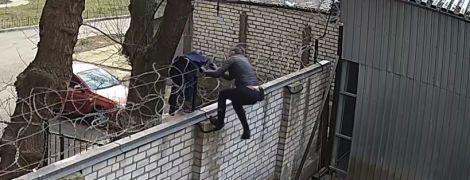 В ГБР показали видео, как Чорновол перелезает через забор с колючей проволокой, чтобы сорвать заседание