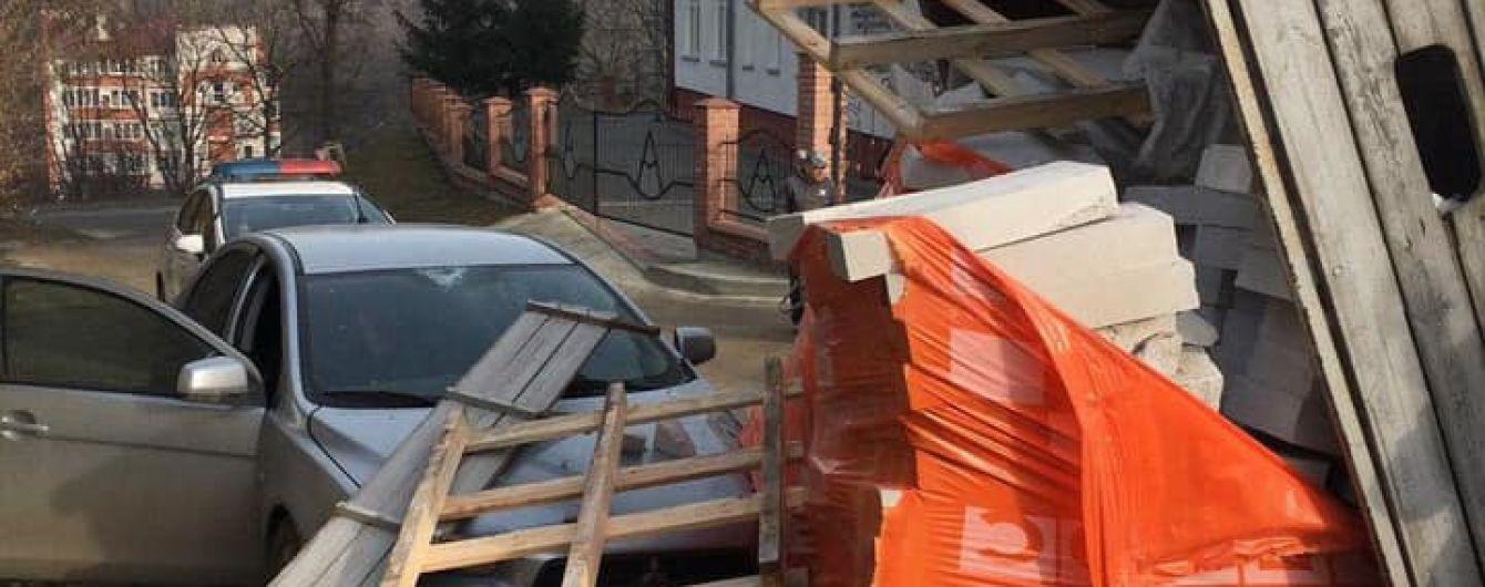 """""""Переплутав важелі"""": у Тернополі водій самоскида розвантажив цеглу на легковик"""