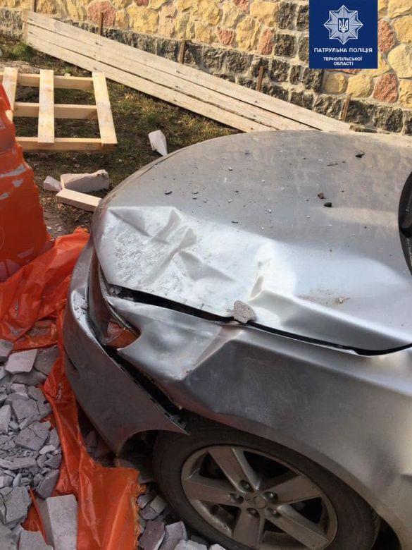 у Тернополі водій самоскида розвантажив цеглу на легкову автівку_2