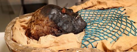 Удар в спину, лишний зуб и завитые волосы: ученые раскрыли тайну 2600-летней мумии