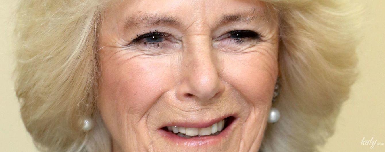 С новой укладкой и сумкой, как у Меган: герцогиня Корнуольская на мероприятии в Банбери