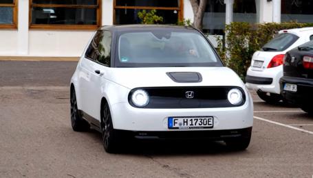 Электрокар Honda E отдали на тест-драйв журналистам. Видео