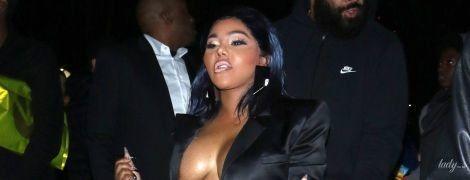 Без бюстгальтера и в прозрачной мини-юбке: 43-летняя американская рэперша сверкнула пышной грудью
