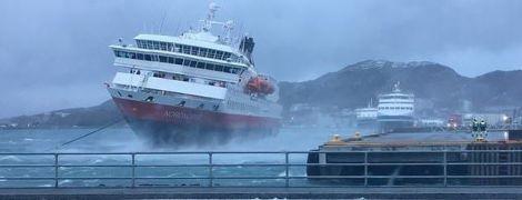 В Норвегии сняли потрясающее видео швартовки круизного лайнера во время шторма