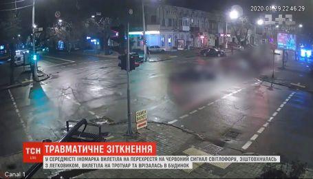 В Одесі іномарка проігнорувала світлофор, вилетіла на перехрестя і зіткнулася з легковиком