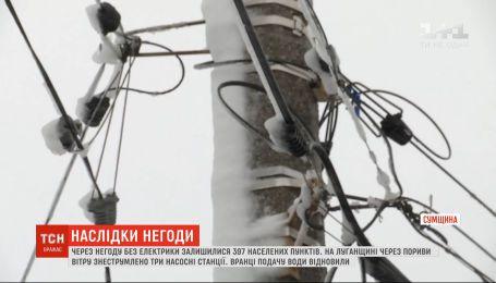 Негода в Україні: майже 400 населених пунктів залишилося без струму