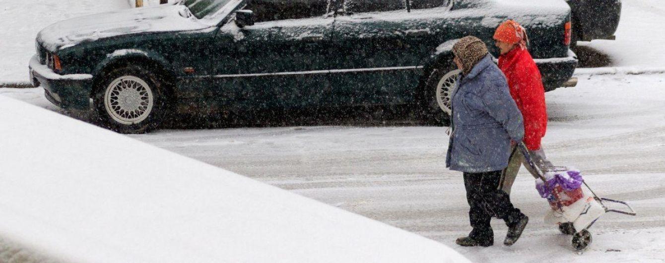 Повалені дерева, затори і аварії: Сумщину накрив снігопад