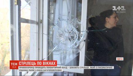 Пробиті вікна та налякані діти: в Одесі невідомий п'яту добу тероризує жителів багатоповерхівки