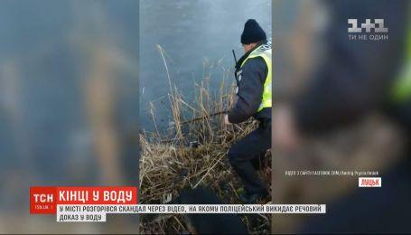 В Луцке разгорелся скандал из-за видео, на котором полицейский выбрасывает вещественное доказательство в воду