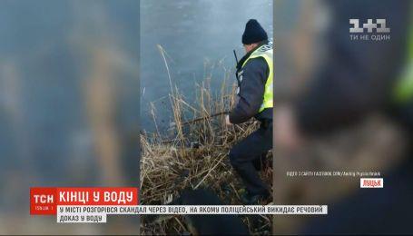 У Луцьку розгорівся скандал через відео, на якому поліцейський викидає речовий доказ у воду