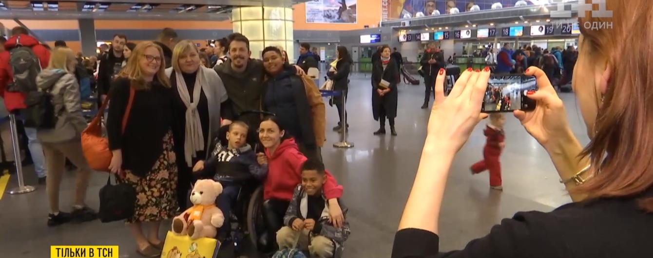 Хлопчика із ДЦП, якого медсестра Житомирського інтернату прирекла на смерть, усиновила багатодітна родина зі США