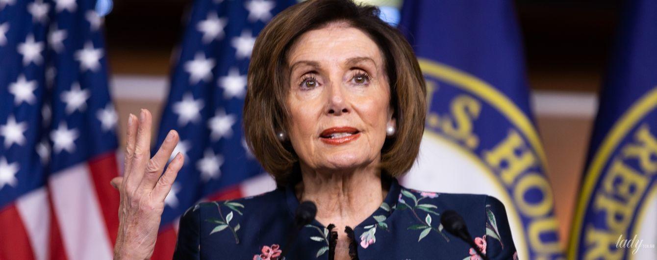 Повторила образ: спікерка палати представників США у квітковому жакеті на пресконференції