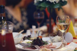Коварные оливки и опасные круассаны: этикет на деловом обеде