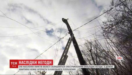 246 населенных пунктов в Сумской области остаются обесточенными после урагана с сильным снегопадом