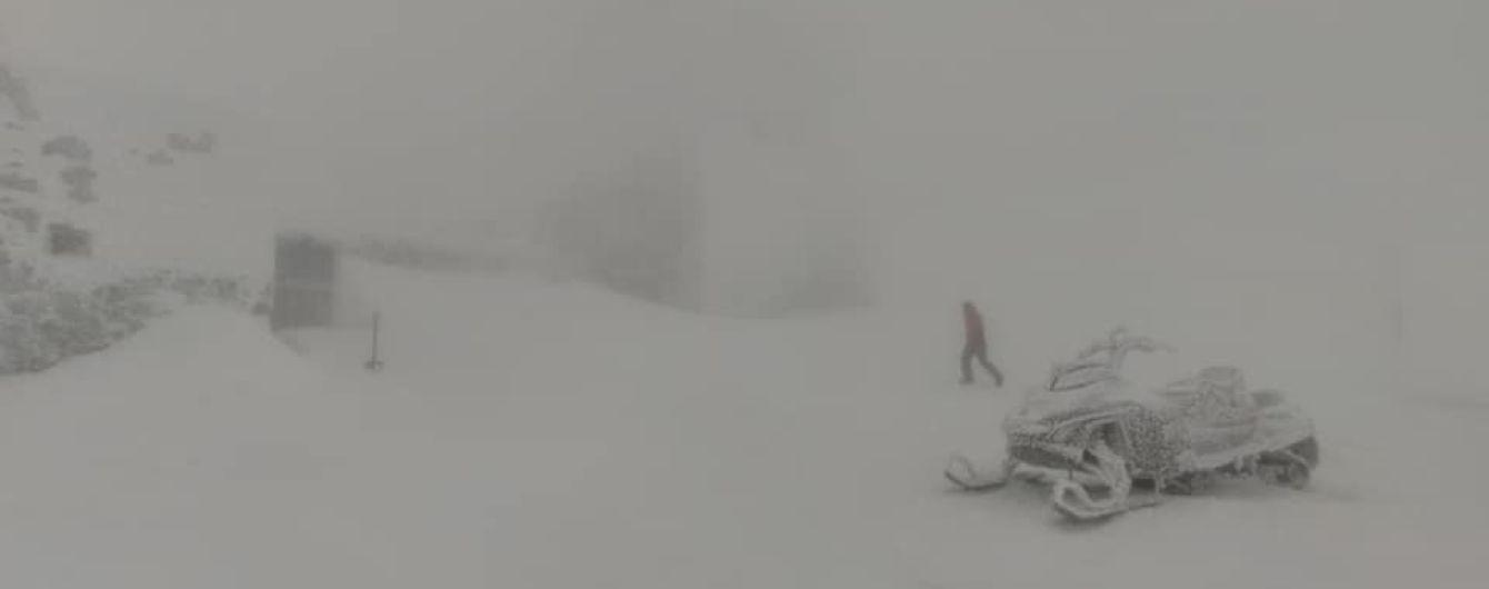 В Карпатах намело уже метр снега