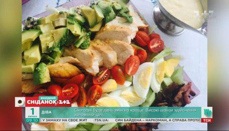"""Руслан Сеничкин приготовил Кобб-салат в студии """"Сниданка. Выходной"""""""